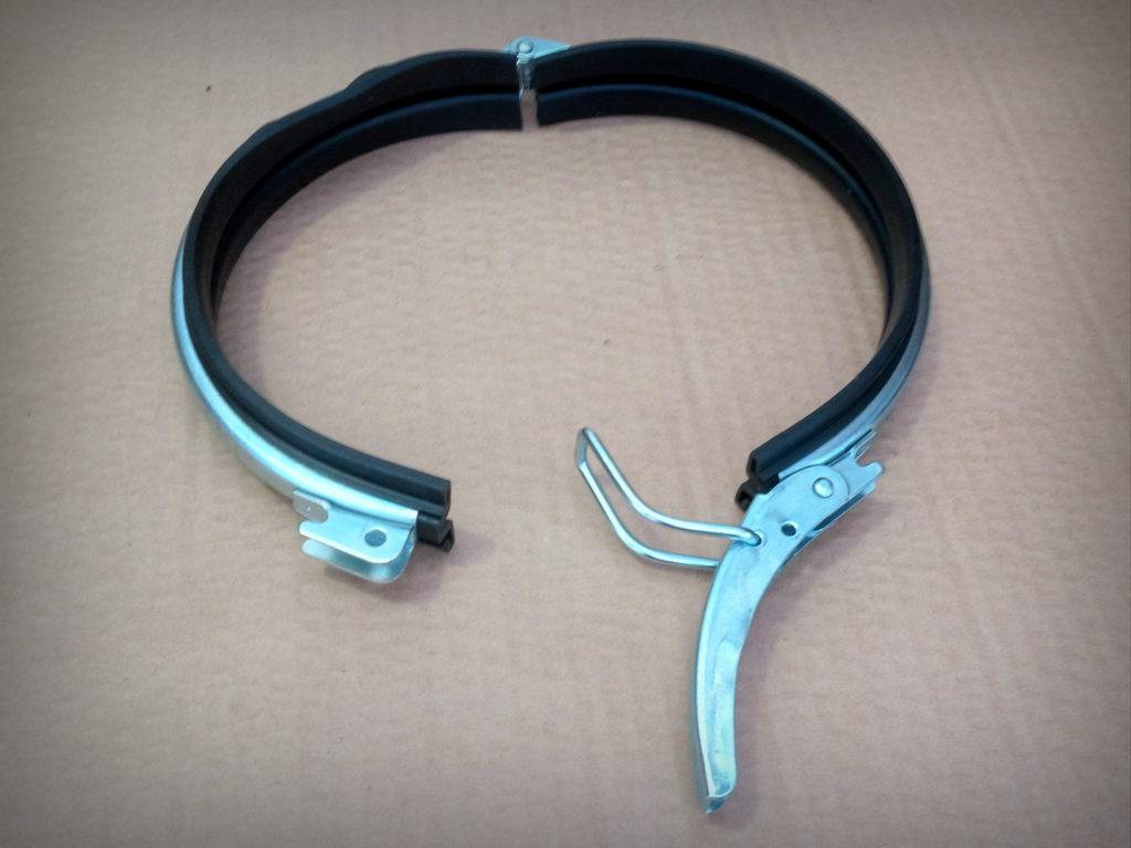 Morsetto rapido di aggancio tubi serie FK, con foro per fermo di sicurezza su maniglia. Incluso di guarnizione di tenuta in gomma interna.