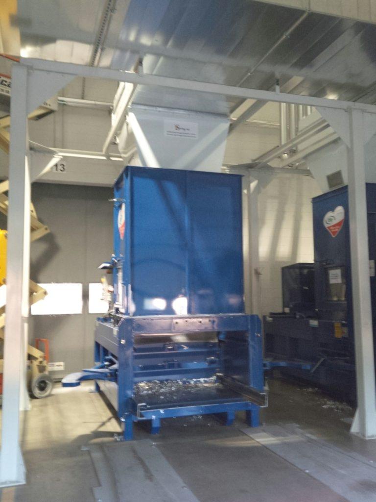 Pressa stazionaria in stazione di scarico rifili a presscontainer